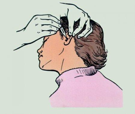 Процедура закапывания в ухо.