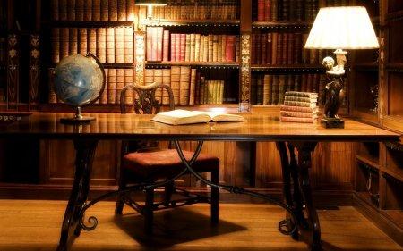 Хорошо освещенный рабочий стол